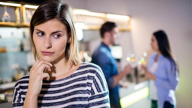 אישה מקנאה בזוג  (צילום: Shutterstock)
