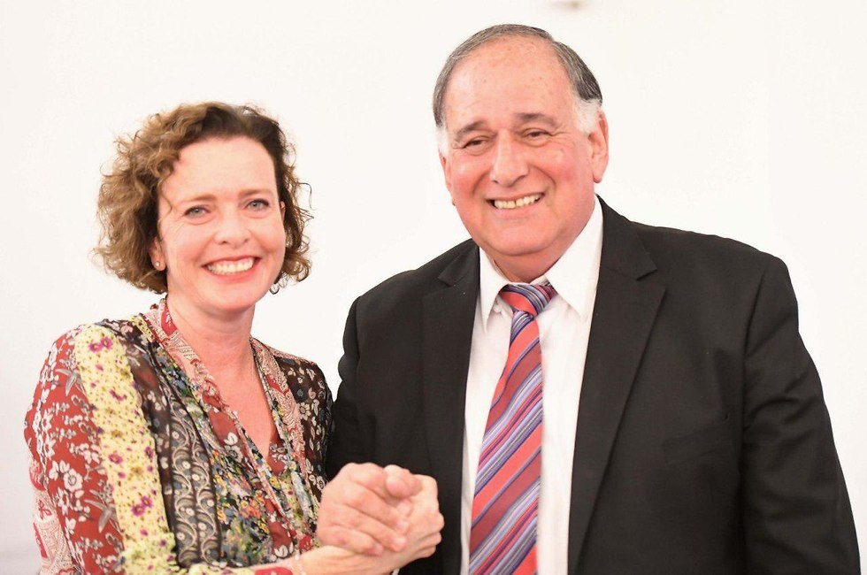 ראש העיר החדשה של חיפה, עינת קליש-רותם, עם ראש העיר לשעבר יונה יהב, בפגישת המועצה האחרונה של העירייה (צילום: דוברות עיריית חיפה)