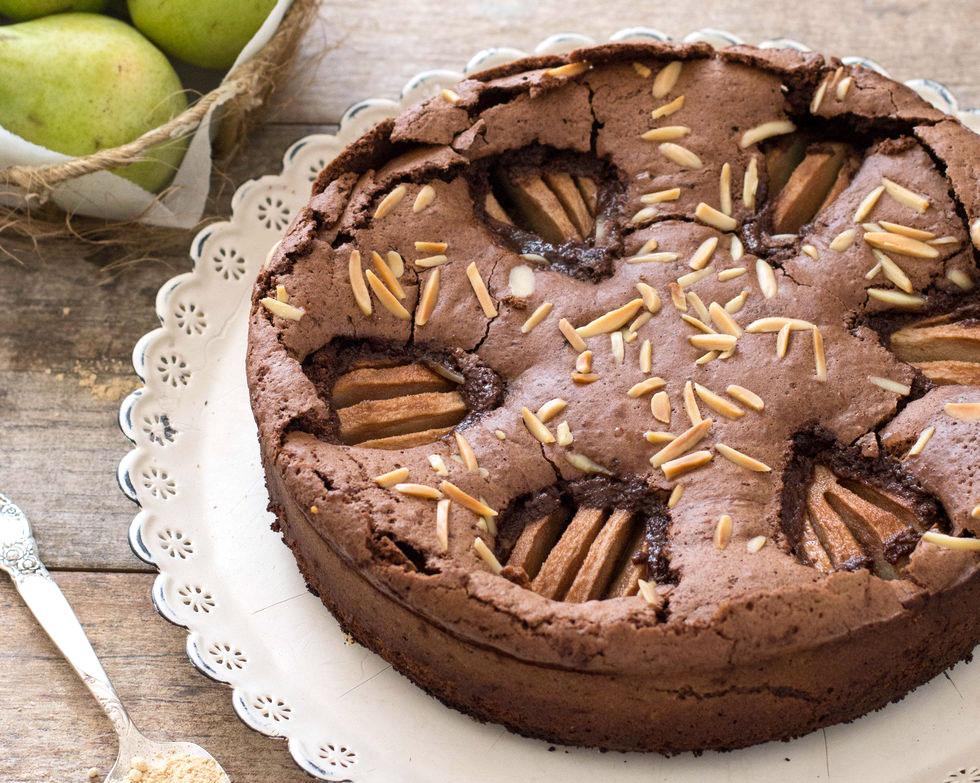 עוגת שוקולד עשירה עם ג'ינג'ר ואגסים (צילום: דור משה)