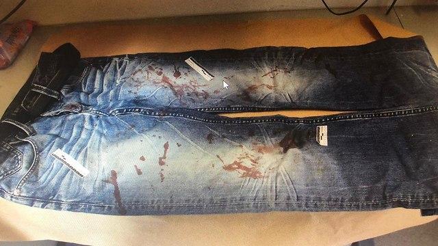 מכנסיים מגואלות בדם ()