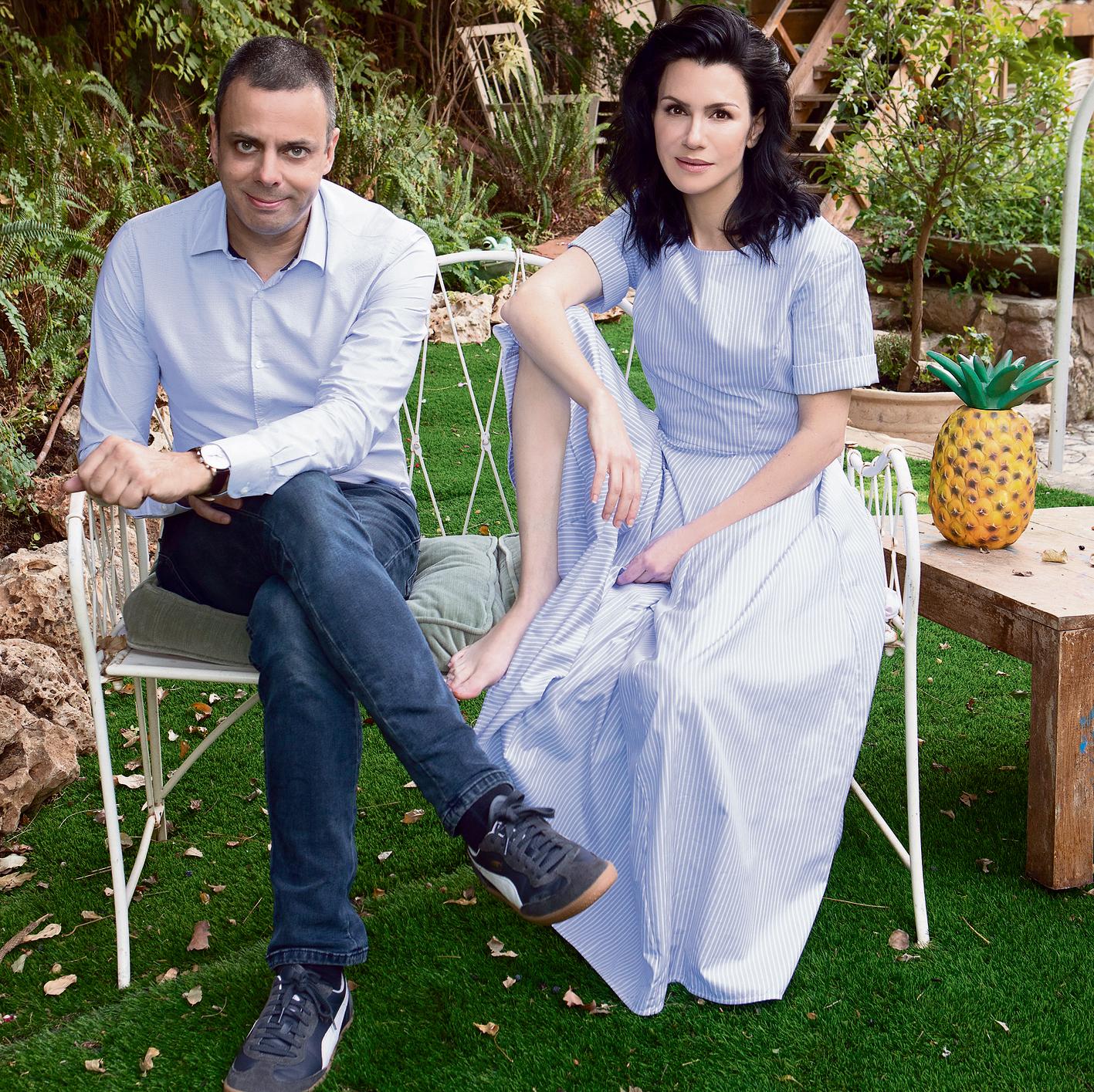 """עינת נתן ורענן שקד בחצר ביתה. נתן: """"בסופו של דבר, אנחנו קצת עושים דרמה גדולה מדי מהתפקיד ההורי"""""""