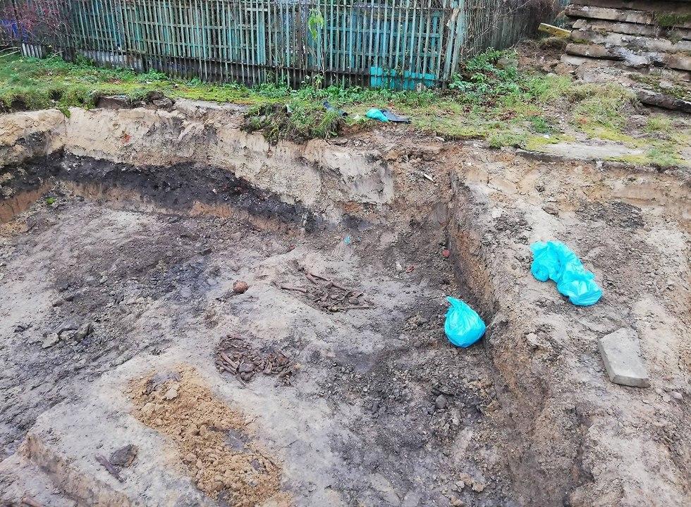 במהלך עבודות להרחבת תחנת אוטובוס בפולין נחפרו קברי יהודים והעצמות הוצעו מהקברים לשקיות ניילון ()