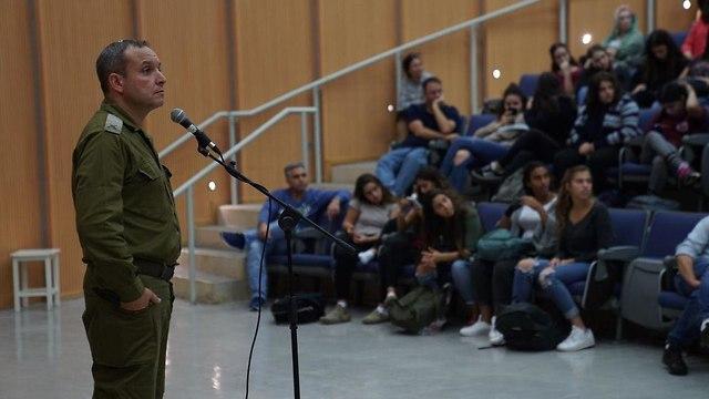"""Встреча командира дивизии """"Газа"""" бригадного генерала Элиэзера Толедано со школьниками Негева (архив)"""