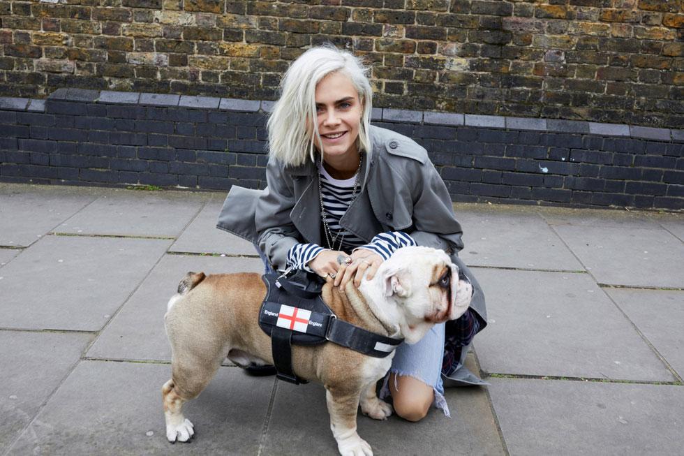 במקרה עבר בסביבה. קארה והכלב (צילום: Burberry)
