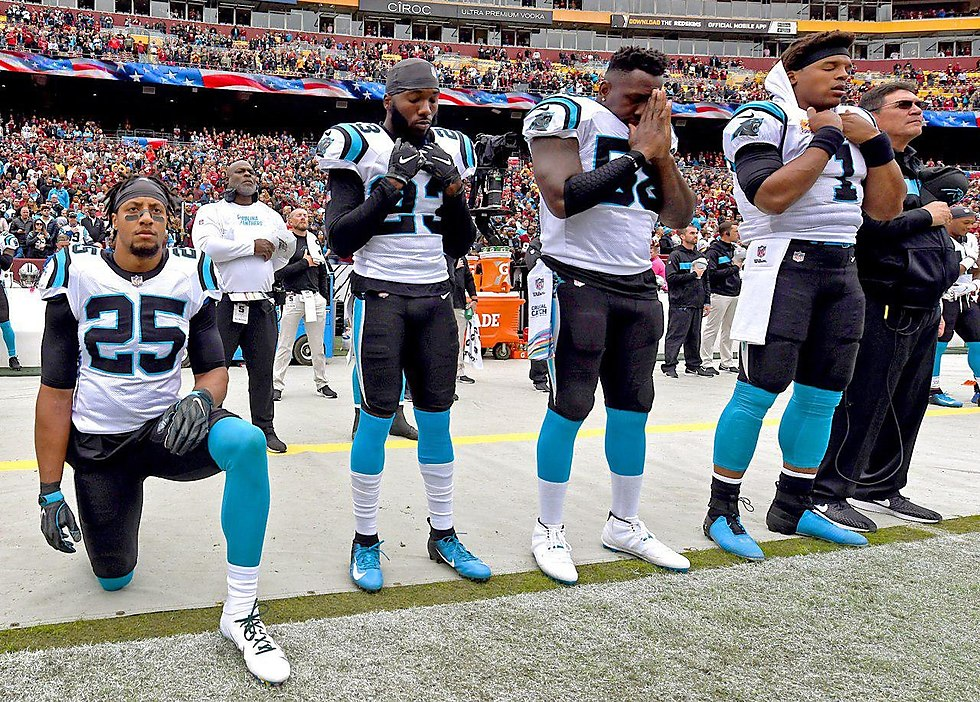 American football players kneel during US national anthem (Photo: MCT)