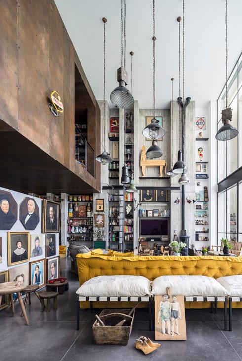 מבט אל קיר האוסף, שתוכנן לכל גובה הבית (צילום: עמית גרון)