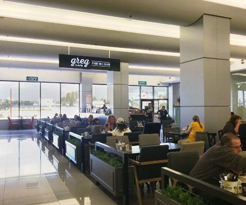 יש תחרות: ברחבי הקניון פזורים בתי קפה של רשתות מוכרות (צילום: הילה שמר)