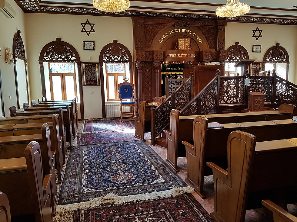 A Synagogue with magnificant carpets (Photo: Yoav Keren)