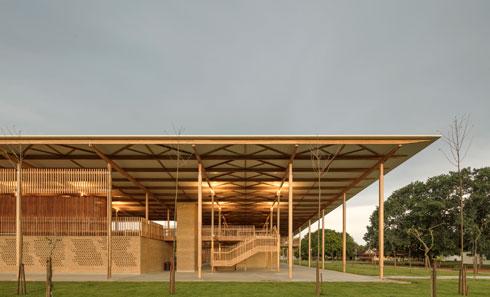 עמודים דקיקים נושאים את הגג, שמבטיח את תפעול בית הספר גם בימי גשם כבד, כולל בשטחים החיצוניים (צילום: Leonardo  Finotti)