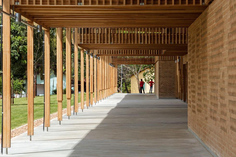 מערכת הקונסטרוקציה מעץ נושאת עליה גג מתכת דק, המנותק מהמבנים ומחפה כסככה את המתחם כולו, לרבות שטחי החוץ (צילום: Leonardo  Finotti)