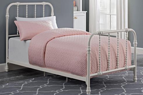 מיטת מתכת וינטג', כ-2,400 שקל, כולל משלוח ומסים (צילום: מתוך overstock.com)