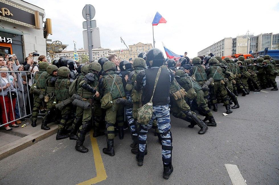 המשמר הלאומי של רוסיה מפזר הפגנה נגד הקרמלין ב מוסקבה (צילום: רויטרס)