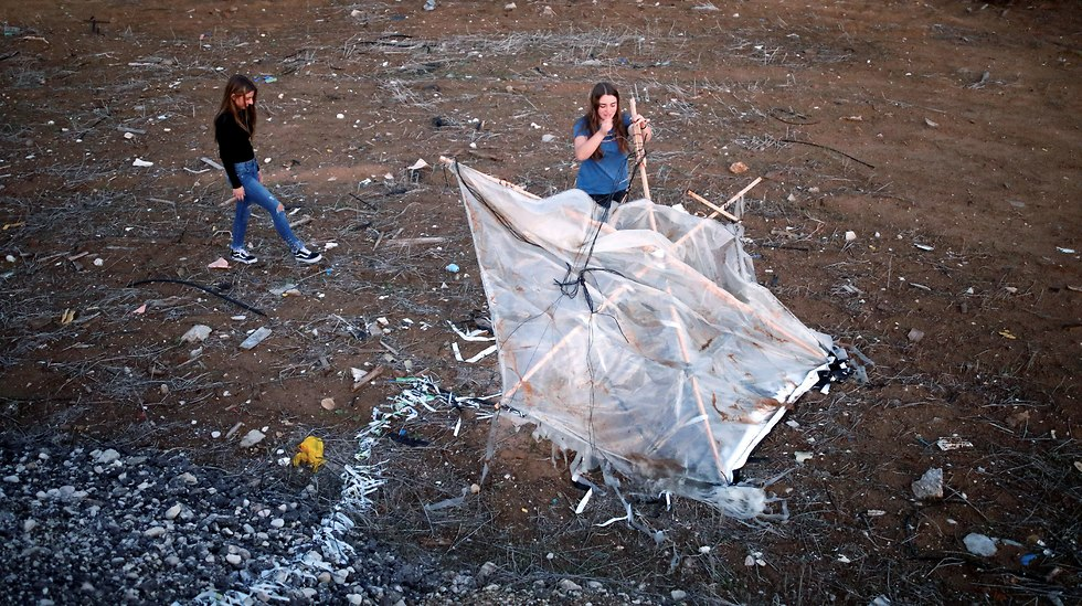 Meshy Elmkies (R), 16, and Lee Cohen, 17, co-managers of Instagram account, Otef.Gaza, show Reuters journalists an incendiary kite launched from the Gaza Strip (Photo: Reuters)