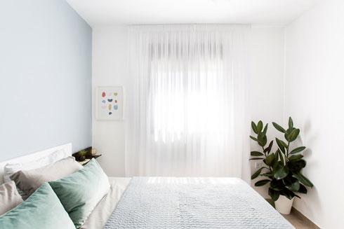 מיטה זוגית לבנה במרכז חדר ההורים  (צילום: שירן כרמל)