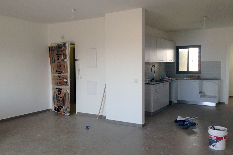 מבט לכיוון המטבח ודלת הכניסה, לפני השדרוג (צילום: סטודיו DOMA)