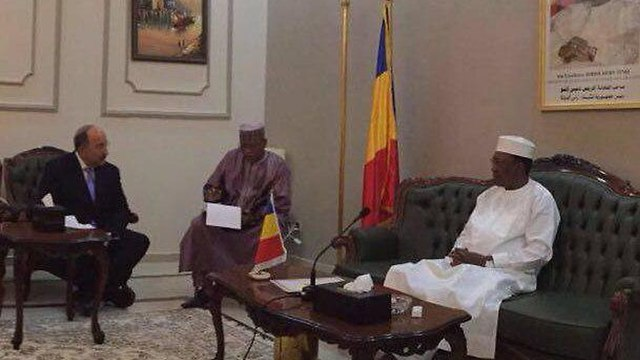 Then-Foreign Ministry director-general Dore Gold meets with Chadian President Deby in Chad (Photo: Foreign Ministry)