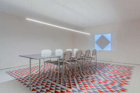 על רצפת חדר הישיבות בסטודיו שטיח אריחים על פי עבודה של אני אלברס  (צילום: We Not I)