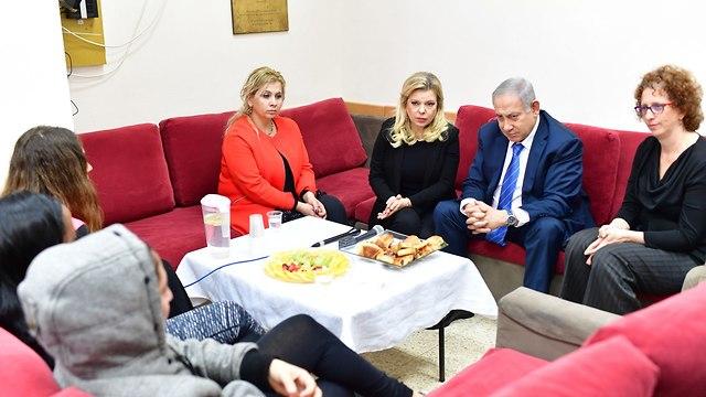 ראש הממשלה בנימין נתניהו עם רעייתו שרה מבקרים במעון לנשים מוכות (צילום: קובי גדעון, לע