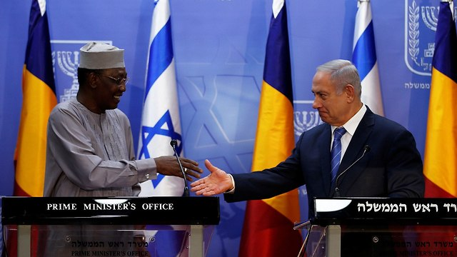 Chadian President Idriss Deby (L) and PM Netanyahu