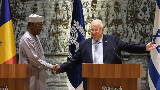 Chadian President Idriss Deby (L) and President Reuven Rivlin