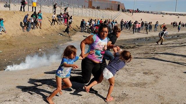 Tear gas fired at caravan migrants on US border (Photo: Reuters)