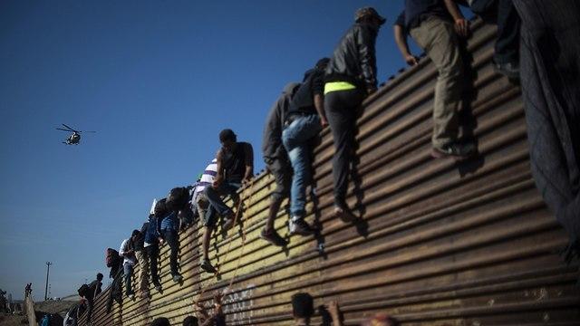 עימותים בין מהגרים ל משטרת מקסיקו ב גבול עם ארצות הברית שיירת מהגרים מ הונדורס מרכז אמריקה (צילום: AFP)