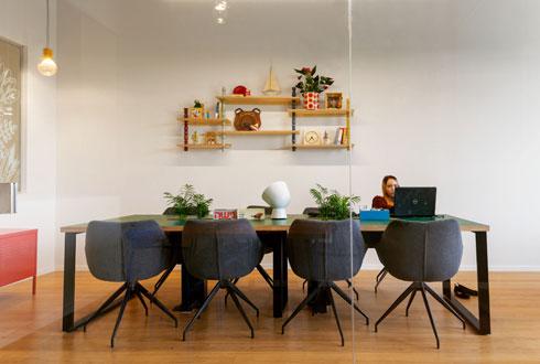 כורסאות משרדיות נוחות מסביב לשולחנות עבודה משותפים (צילום: אייל תגר)