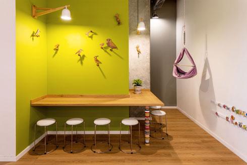 אלמנטים משחקיים תוכננו במורד הקיר, בגובה הפעוטות (צילום: אייל תגר)