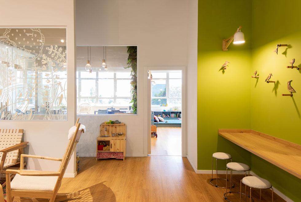 הנראות הכללית מתאימה גם לילדים, אך אינה ילדותית. בין החלקים השונים של המקום - מרחב עבודה להורים ומרחב משחק לילדים - מפרידים קירות זכוכית שעליהם צוירה ביד דוגמה - מיסוך עדין, שמאפשר קשר עין (צילום: אייל תגר)