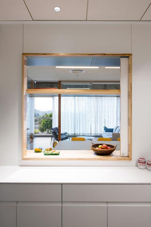 גם מהמטבחון נפער אליו חלון ממוסגר בעץ ארז (צילום: שי אפשטיין)