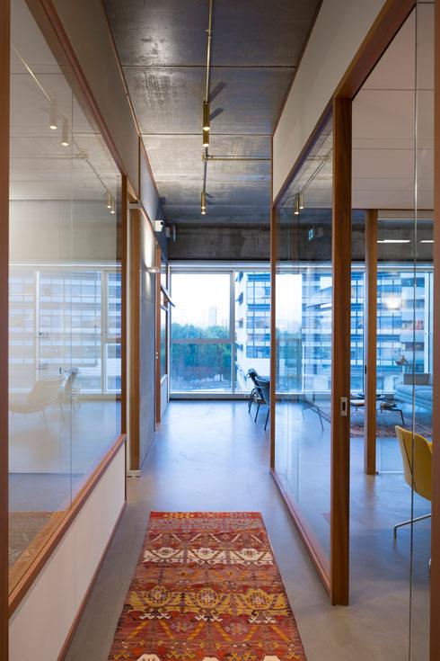 מבט מהמסדרון אל נוף בנייני המשרדים סביב (צילום: שי אפשטיין)