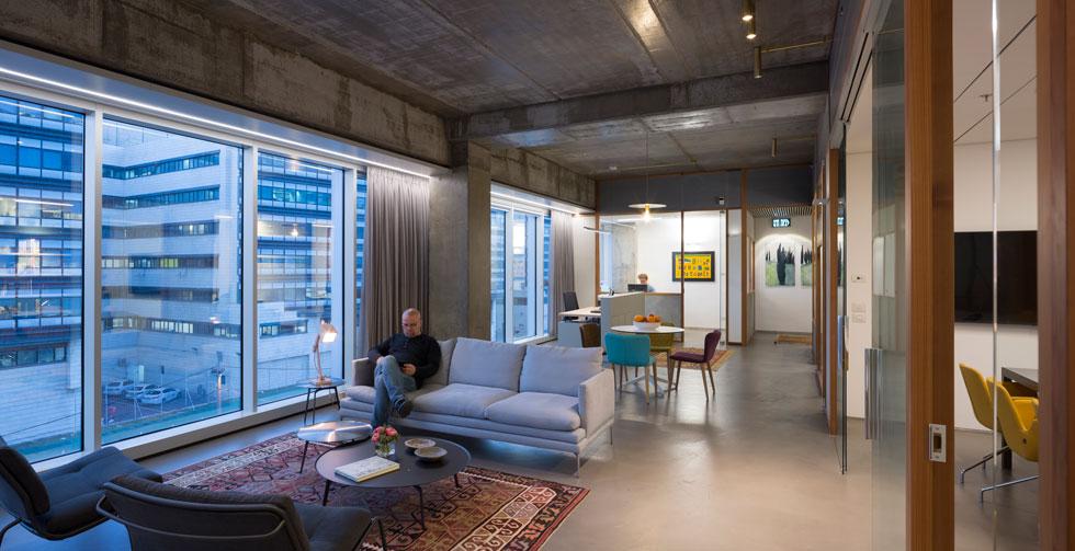 בעיצוב המשרדים התבקשו האדריכלים צח רונן ורפאל כהן לייצר תחושה ביתית ונגישה, שאינה מנקרת עיניים (צילום: שי אפשטיין)