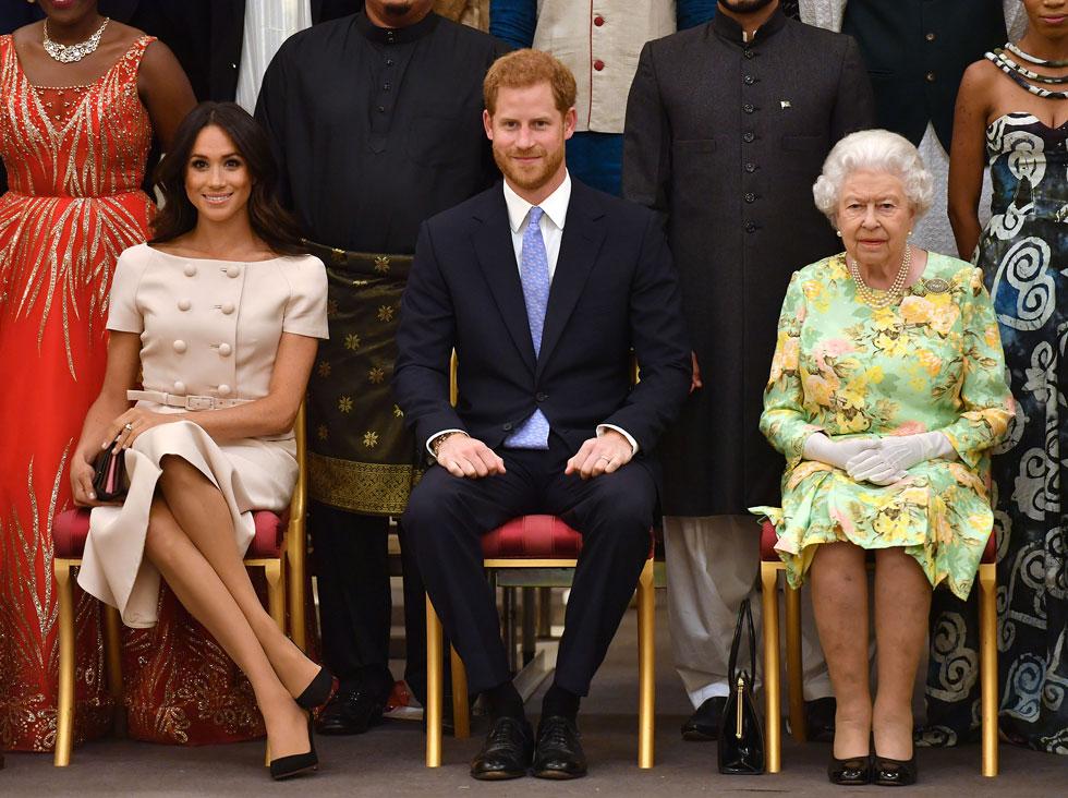 בחרה יותר מפעם אחת לבעוט בקוד הלבוש המלכותי. מייגן מרקל, הנסיך הארי והמלכה אליזבת השנייה (צילום: John Stillwell/GettyimagesIL)