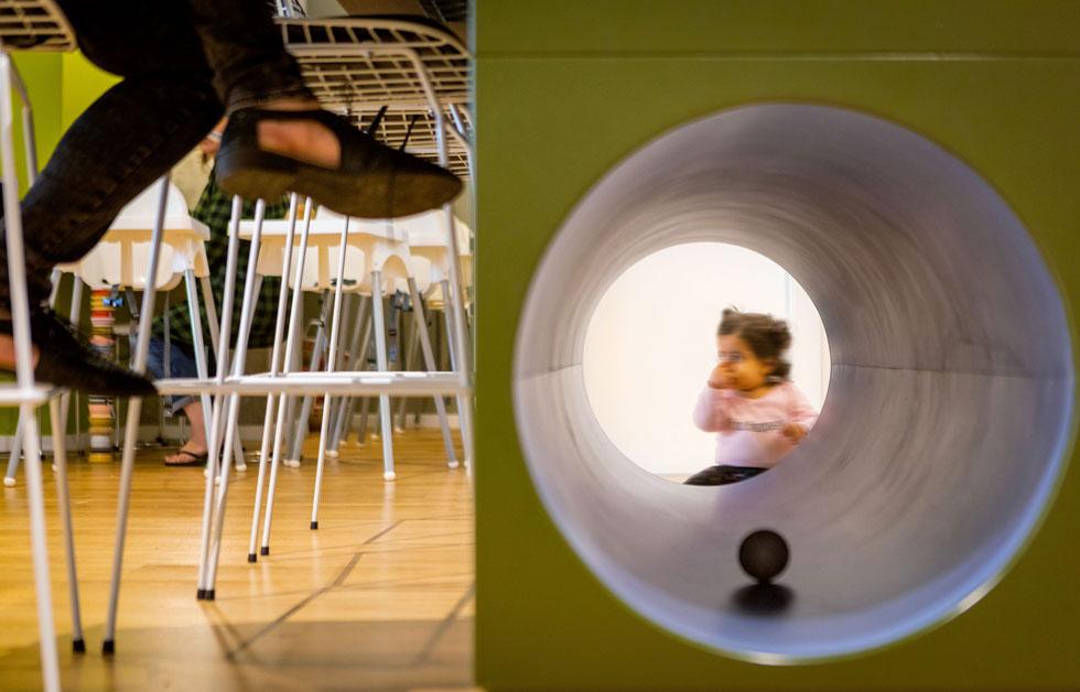גם במשרד השיתופי MommyWork ברעננה התבקשה המעצבת תמר רוזן נעים לייצר תחושה ביתית, שתתאים להורים שבאים לעבוד עם ילדיהם הקטנים (צילום: אייל תגר)