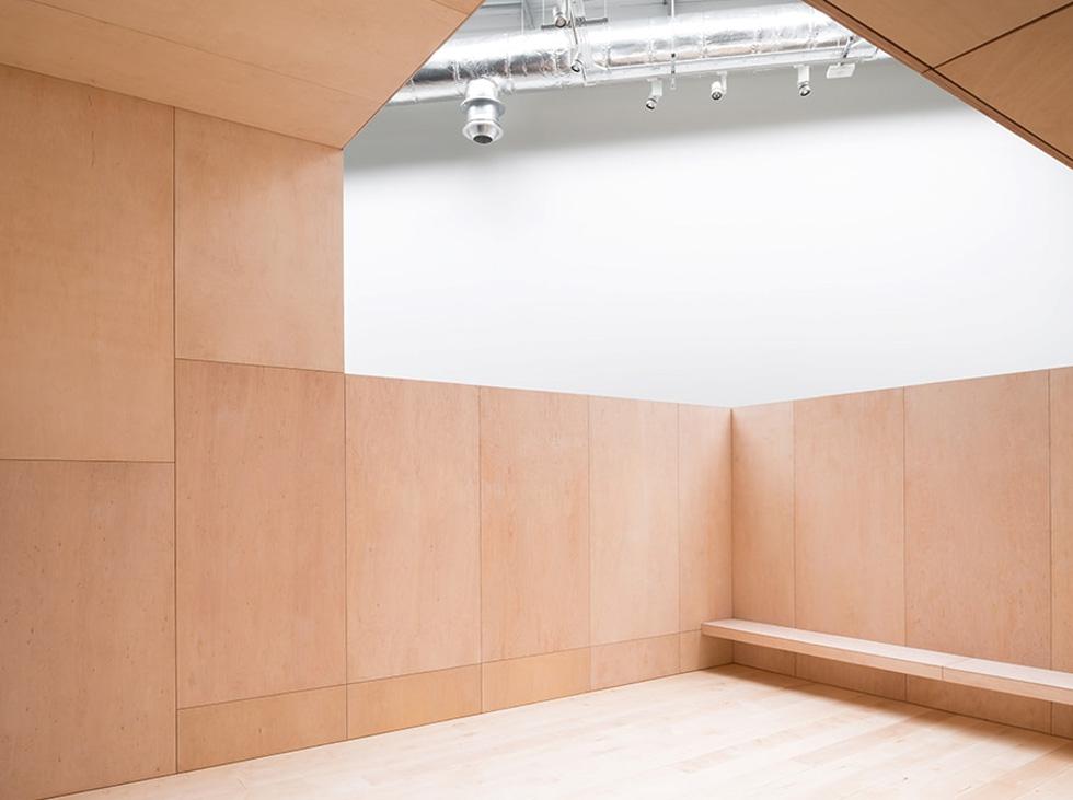 הסטודיו יושב בקומה העליונה של המבנה האולימפי המוסב, בחלל כפול בגובהו ביחס לקומה סטנדרטית.  כאן נמצאים שלושת חדרי החזרות של הלהקה. מעטפת העץ סופגת את צלילי המוזיקה ורקיעות הרגליים (צילום: McCarragher Gilbert)