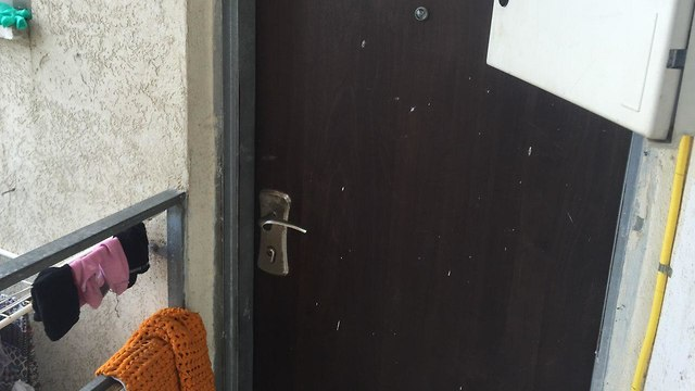 דלת ביתה של סילבנה צאגיי שנרצחה אמש בתל אביב (צילום: רועי רובינשטיין)