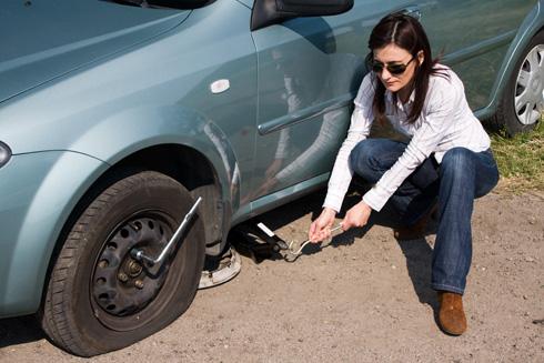 כל מסמר, בורג או שבר זכוכית עלול לגרום לתקר, שייאלץ אותנו לעצור בצד הדרך, להחליף גלגל ולהזדקק לשירותי הפנצ'ריה (צילום: Shutterstock)