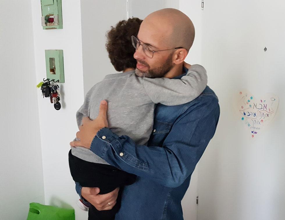 """גאי שלם: """"אתה לא רוצה להיות אבא שלך, אבל גם לא להיות ה""""סגן של אמא"""" או אמא ב'"""" (צילום: אורטל הופמן-שלם)"""