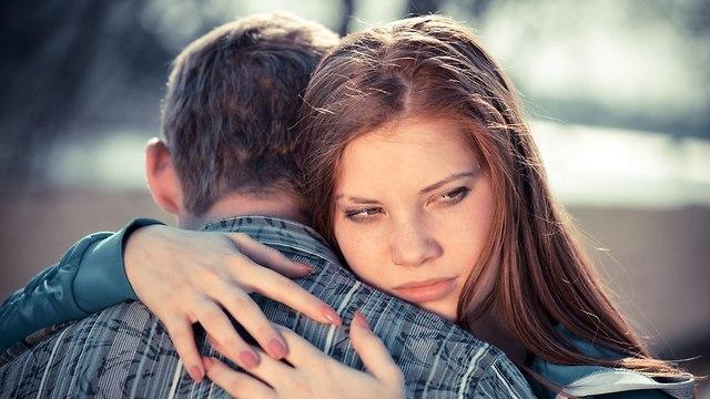 זוג שומר על דיסטנס (צילום: Shutterstock)