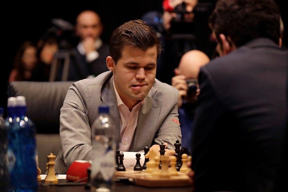 גמר אליפות העולם בשחמט מגנוס קרלסן פאביו קרואנה (צילום: AP)