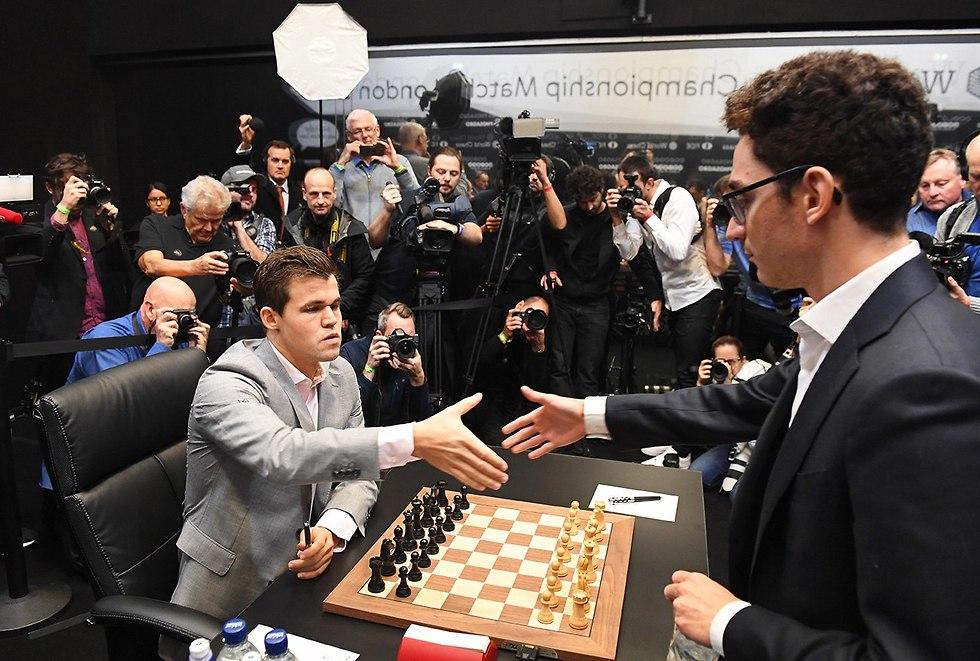 גמר אליפות העולם בשחמט מגנוס קרלסן פאביו קרואנה (צילום: EPA)