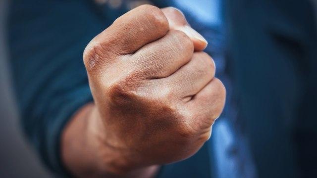 אגרוף של גבר (צילום: Shutterstock)