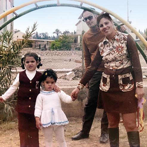 מימין לשמאל:  אמא רחל, אבא חיים, מרב ואחותה  הגדולה גלית
