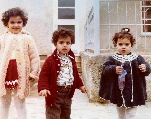 מימין לשמאל:  מרב (בת שנתיים וחצי), חבר הילדות אסי והאחות  הגדולה גלית