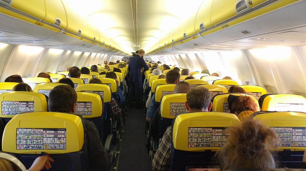 פנים המטוס בטיסת ריינאייר (צילום: גלעד ילון)