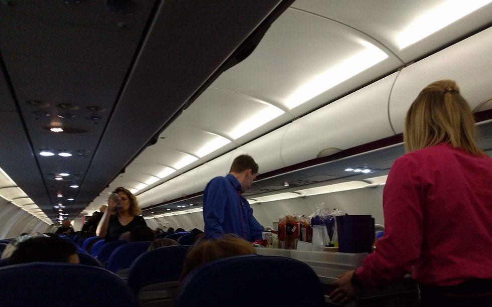 דיילים בטיסת וויזאייר (צילום: גלעד ילון)