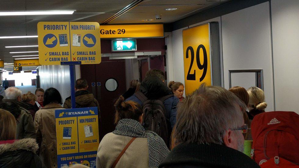 המדיניות החדשה: כרטיס מועדף נכנס ראשון למטוס (צילום: גלעד ילון)