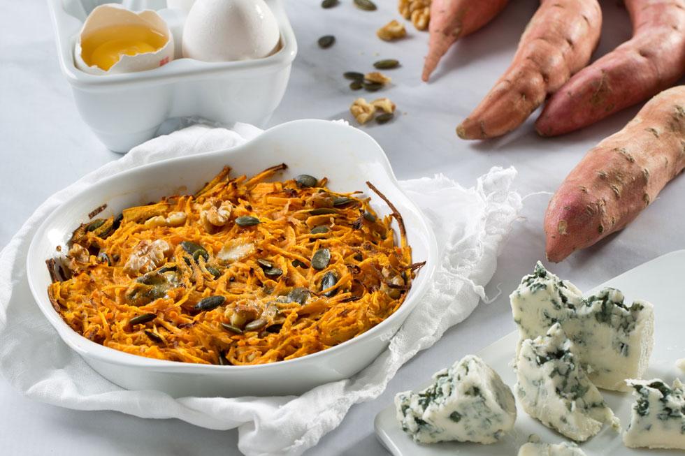 לביבת בטטה ענקית אפויה בתנור עם רוקפור ואגוזים (צילום: בועז לביא, סגנון: נעמה רן)