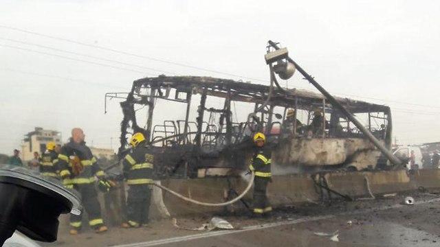 תאונה תאונת דרכים אוטובוס רכב פרטי כביש 5 ברקן אש עשן  ()