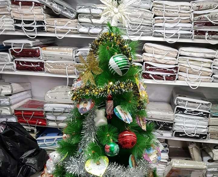 """Многие магазины уже присоединились к акции и поставили елки. Фото: движение """"Вместе мы - сила"""""""